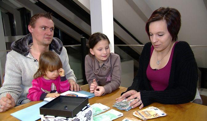 Durch den Tausch mit Familie Yerli steigt das Wochenbudget der Baums (Bild) von 193 Euro auf unglaubliche 4.500 Euro. Geht damit Jennys (r.) großer Wunsch in Erfüllung, ihre beiden Töchter neu einzukleiden?