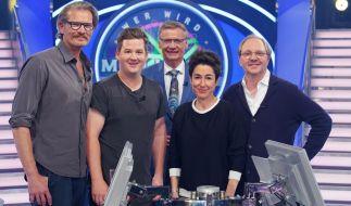 """Günther Jauch quizzt beim """"Wer wird Millionär?"""" Prominenten-Special mit Götz Otto, Chris Tall, Dunja Hayali und Olli Dittrich (v.l.n.r.). (Foto)"""