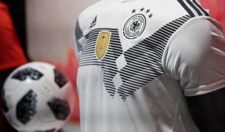 Das offizielle DFB-Trikot und der Fußball zur WM 2018 in Russland. (Foto)