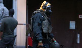In Schutzausrüstung durchsuchten Spezialkräfte am Dienstag zwei Wohnungen in Köln. (Foto)