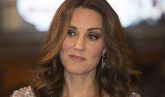 Kate Middleton hat einen fremden Mann geküsst. (Foto)