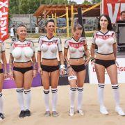 Das deutsche Team wartet beim Sexy Soccer 2014 auf die Nationalhymne.