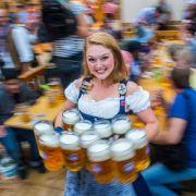 Besucher des Oktoberfests müssen für eine Maß Bier in diesem Jahr über 11 Euro bezahlen.