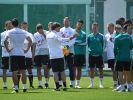 Trainer Jogi Löw spricht mit seinen Spielern. Vor allem Teamgeist ist wichtig bei der WM. (Foto)