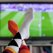 Bei Fußballübertragungen kann es passieren, dann manche Zuschauer ein Tor erst später wahrnehmen als andere.