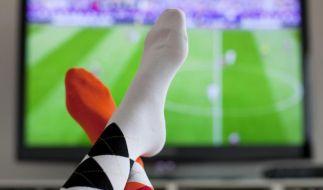Bei Fußballübertragungen kann es passieren, dann manche Zuschauer ein Tor erst später wahrnehmen als andere. (Foto)