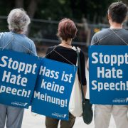 Deutsche Polizisten haben heute bundesweit die Wohnungen von mutmaßlichen Hasskommentatoren durchsucht.
