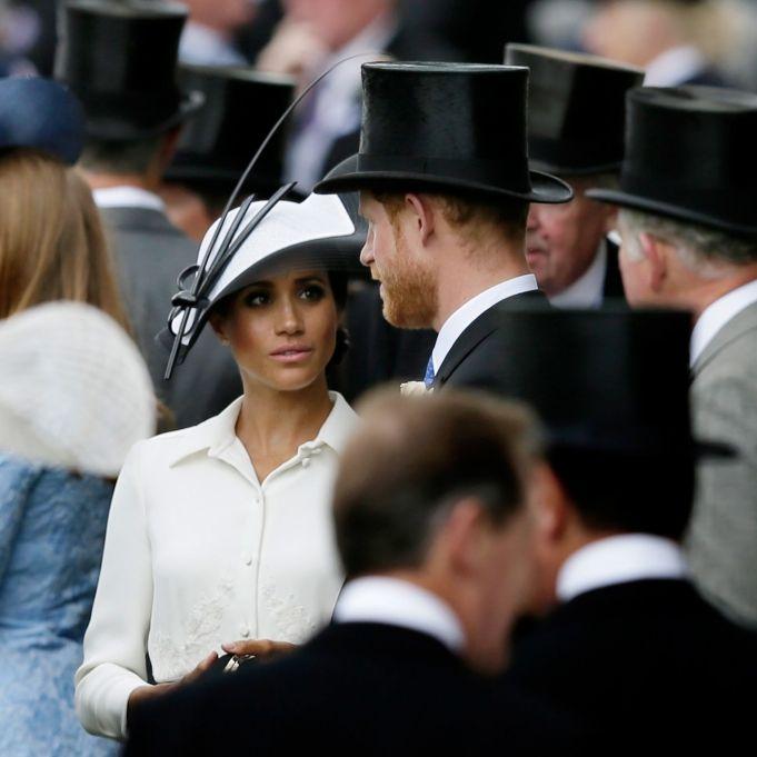 Vor Prinz Harrys Augen! Wieso knutscht dieser Kerl mit Meghan? (Foto)