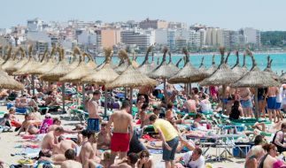 Urlauber tummeln sich am Strand von Arenal auf Mallorca. Droht auch hier demnächst ein Alkohol-Verbot? (Foto)