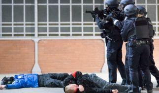 Polizeibeamte und Beobachter bei einer Anti-Terror-Übung (Foto)
