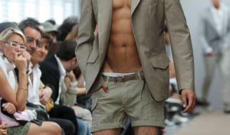 Mode-Etikette im Sommer: Zwar ein schickes Jackett, aber eindeutig zu viel Haut. Davon rät der Knigge ab. (Foto)