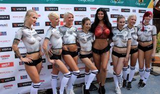 """Trainerin Micaela Schäfer (4.v.r.) beim """"Sexy Soccer 2018"""" mit ihren Mädels. (Foto)"""
