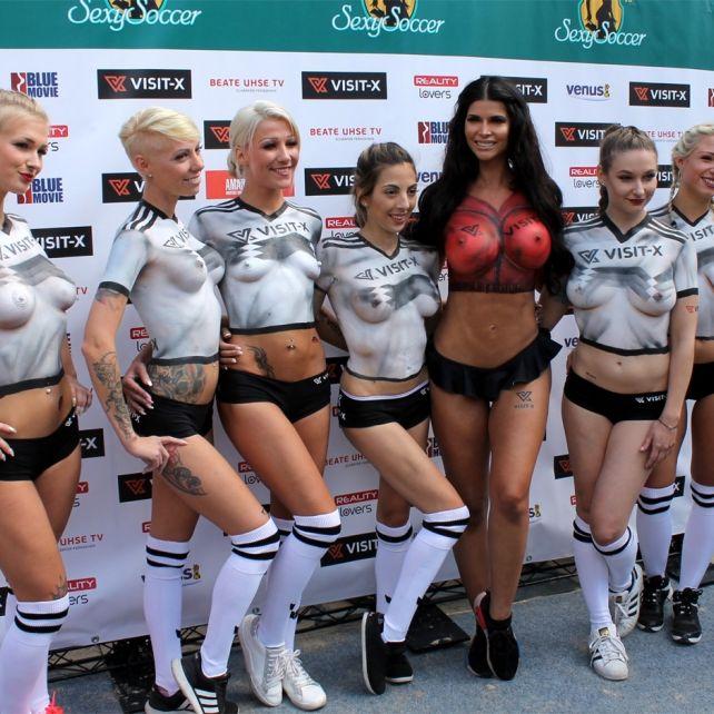 Brüste raus, Bälle rein! SO spielen nackte Pornosternchen Fußball (Foto)