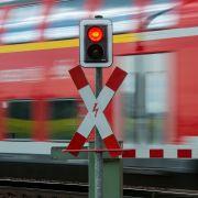 Junge (12) am Bahnübergang von Regionalzug erfasst - tot (Foto)