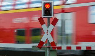 Ein Junge wurde am Bahnübergang von einem Regionalzug erfasst. (Foto)