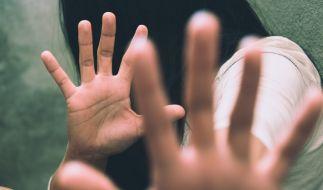 Eine junge Frau wurde in Indien zwölf Tage lang immer wieder vergewaltigt - von ihrem eigenen Verlobten und dessen Freunden (Symbolbild). (Foto)