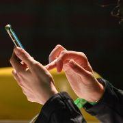 Wer zu viel Zeit vor dem Smartphone verbringt, schädigt auf Dauer seinen Körper. (Foto)