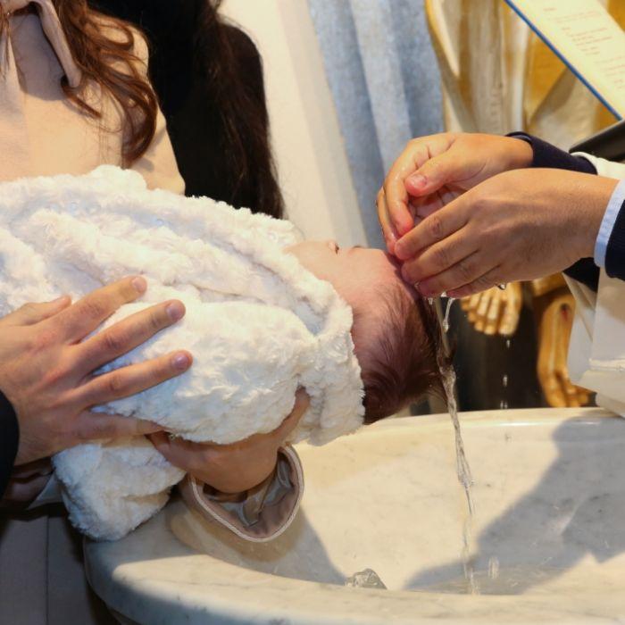 Unfassbar! Pfarrer schlägt weinenden Täufling (Foto)