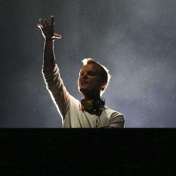 Rührend! Mit DIESEN Gesten ehren sie den Star-DJ (Foto)