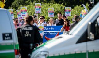 Zahlreiche Menschen protestieren vor der Messe in Augsburg gegen den Bundesparteitag der AfD. (Foto)