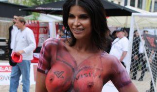 Micaela Schäfer hat einen neuen WM-Porno nachgelegt. Diesmal mit eindeutig lesbischer Ausrichtung. (Foto)