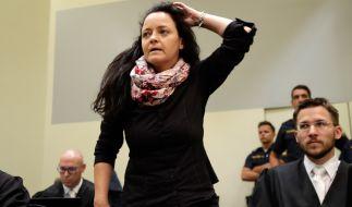 Die Hauptangeklagte Beate Zschäpe steht bei der Fortsetzung des NSU-Prozesses neben ihrem Anwalt Mathias Grasel im Gerichtssaal des Oberlandesgerichts München. (Foto)
