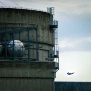 Schock! Hier kracht Superman in ein Atomkraftwerk! (Foto)