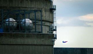 Ist es ein Vogel? Ist es ein Flugzeug? Nein, es ist Superman, der da ins AKW kracht! (Foto)