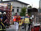 Sanitäter und Notfallseelsorger gehen auf das Gelände des Bahnhofes Darmstadt-Kranichstein, auf dem zuvor ein 13-jähriger Junge beim Spielen auf einem Güterwaggon durch einen Stromschlag der Oberleitung getötet worden war. (Foto)