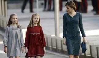 Prinzessin Sofia (links) und Kronprinzessin Leonor (Mitte) gemeinsam mit ihrer Mutter Königin Letizia von Spanien. (Foto)