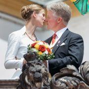 Royaler Kuss nach der Trauung auf dem Altan am Schloss Friedenstein.