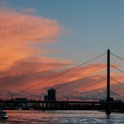 Steineschmeißer attackieren Ausflugsdampfer auf dem Rhein (Foto)