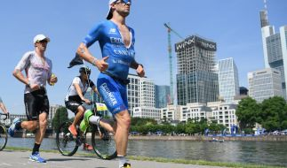 Die Triathleten Patrick Lange (r) aus Deutschland und James Cunnama aus Südafrika sind bei der Ironman-EM auf der Laufstrecke in Frankfurt unterwegs. (Foto)