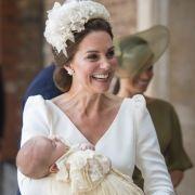 In den Armen von Herzogin Kate schlummerte Täufling Prinz Louis selig vor sich hin.