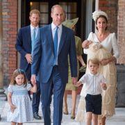 Kate Middleton trifft bei der Taufe ihres dritten Kindes Prinz Louis nebst Ehemann Prinz William, den gemeinsamen Kindern Prinzessin Charlotte und Prinz George sowie Schwager Prinz Harry ein.