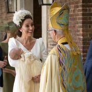 Die britische Herzogin Kate unterhält sich mit Justin Welby, Erzbischof von Canterbury, und trägt den britischen Prinz Louis in die Kapelle des St.-James's-Palastes zu seiner Taufe.