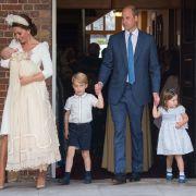 Die britische Herzogin Kate (l) trägt den britischen Prinz Louis, daneben kommen der britische Prinz William (M) mit den beiden Kindern Prinz George (2.v.l) und Prinzessin Charlotte aus der Kapelle des St.-James's-Palastes nach der Taufe von Prinz Louis.