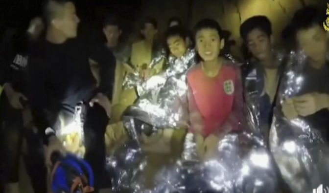 Die Kinder grüßen aus der Höhle, zeigen sich trotz Angst optimistisch. (Foto)