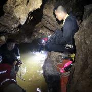 Ein Taucher am Eingang der Höhle.