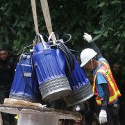 Pumpen, mit Hilfe derer Wasser aus der Höhle, in der zwölf Jugendliche und ihr Trainer eingeschlossen sind, gepumpt werden soll, werden befördert.
