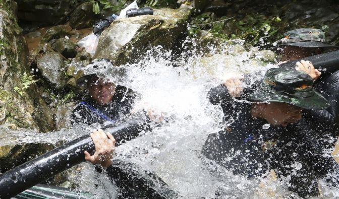 Die Rettungskräfte kämpfen mit den Wassermassen.