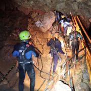 Das undatierte von der Royal Thai Navy zur Verfügung gestellte Foto zeigt thailändische Rettungstaucher die sich in der Höhle fortbewegen.