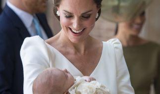 Die britische Herzogin Kate trägt den britischen Prinz Louis in die Kapelle des St.-James's-Palastes zu seiner Taufe. (Foto)
