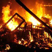 Sie glauben nicht, WAS er in den Trümmern findet und damit macht (Foto)
