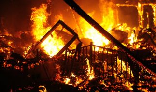 In Santa Barbara brennt ein Haus komplett nieder. Inmitten des Chaos setzt der Hausbesitzer ein Zeichen der Hoffnung. (Symbolbild) (Foto)