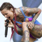 Jennifer-Rostock-Sängerin oben ohne am Pool auf Ibiza (Foto)