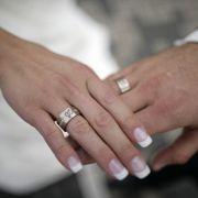 Frau schiebt Verlobungsring im Ü-Ei in Vagina - und bleibt stecken! (Foto)