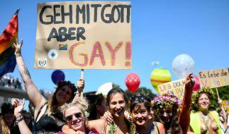 Laut, bunt und farbenprächtig: Die Straßenparaden sind der Höhepunkt der CSDs in den verschiedenen Städten Deutschlands. (Foto)
