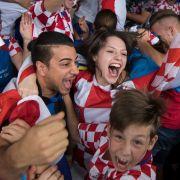 Kroatische Fans auf der Theodor-Heuss-Straße in Stuttgart jubeln während des WM-Finalspiels zwischen Frankreich und Kroatien.