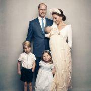 Ein Familienporträt zeigt die Cambridges nach der Taufe von Prinz Louis: Prinz William, Herzogin Kate sowie Prinz George, Prinzessin Charlotte und Prinz Louis.